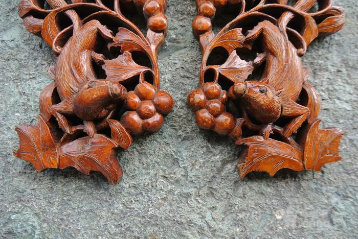一对民国松鼠偷葡萄老木雕