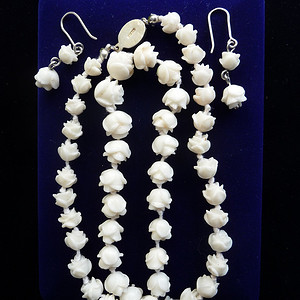 天然白珊瑚雕花项链和耳坠一套重量共40.6克