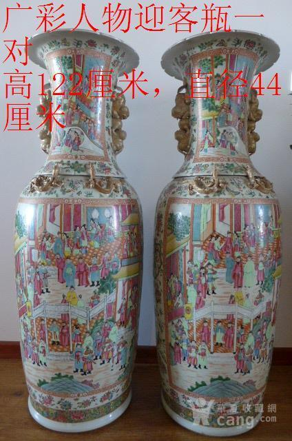 清代广彩花鸟人物描金地瓶一对图1
