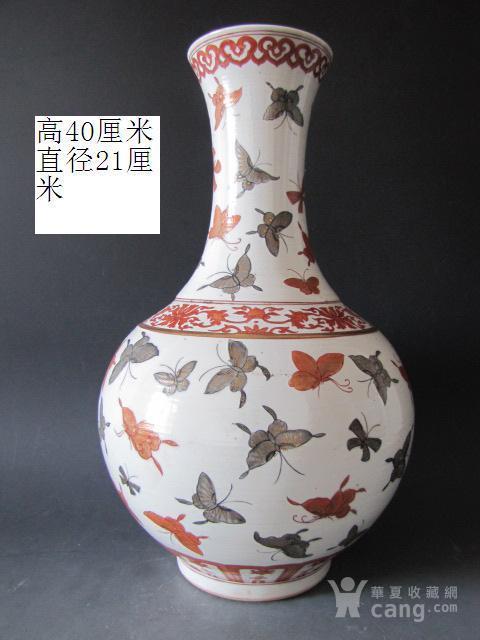 传世粉彩百蝶描金天球瓶图1