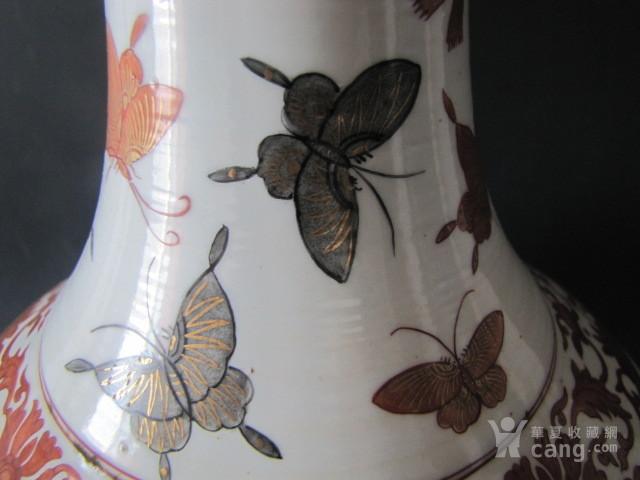 传世粉彩百蝶描金天球瓶图3