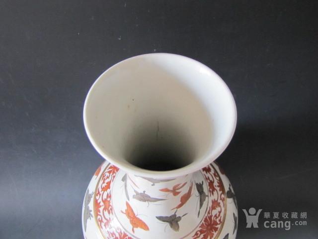 传世粉彩百蝶描金天球瓶图8