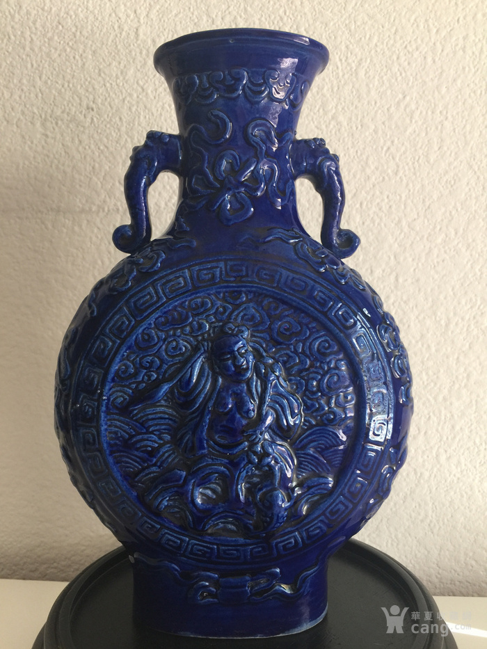 N1864 回流清晚期蓝釉雕瓷刘海戏金蟾抱月瓶图1
