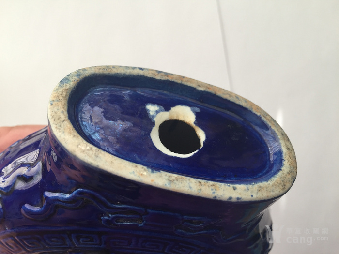 N1864 回流清晚期蓝釉雕瓷刘海戏金蟾抱月瓶图9