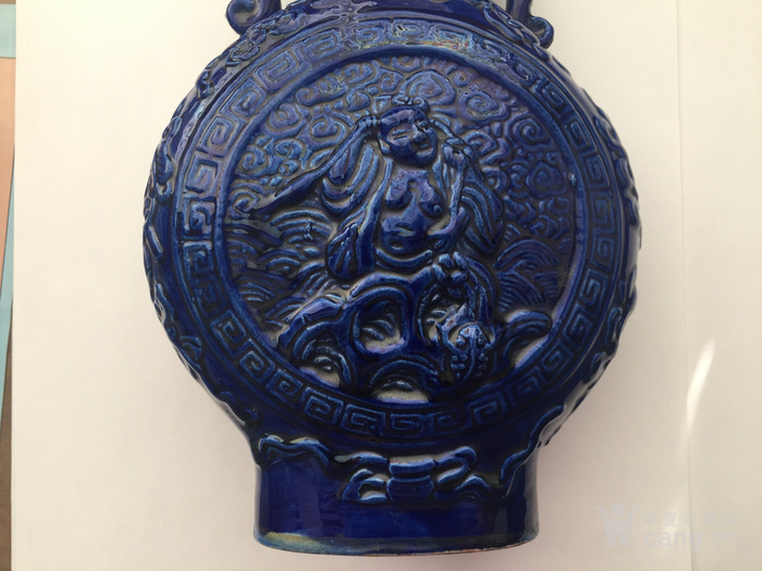 N1864 回流清晚期蓝釉雕瓷刘海戏金蟾抱月瓶图5