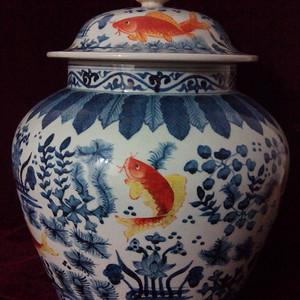 青花黄上红鱼藻纹盖罐