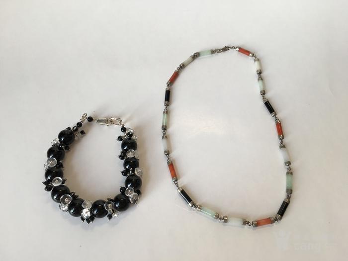 一条银镶嵌玉项链和一个纯银黑色玛瑙玻璃手链图1
