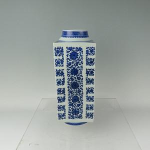 大清乾隆年制  青花缠枝纹琮式瓶