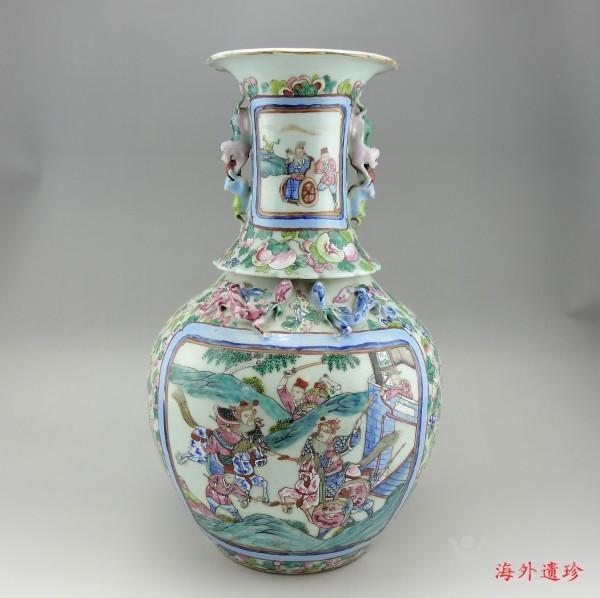 清代 中晚期 粉彩刀马人物堆塑螭龙狮耳大瓶图1