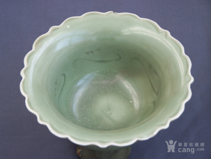 元代龙泉青瓷刻花葵口高足杯