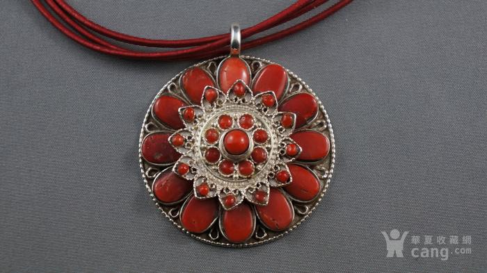 银镶嵌天然珊瑚莲花吊坠图1