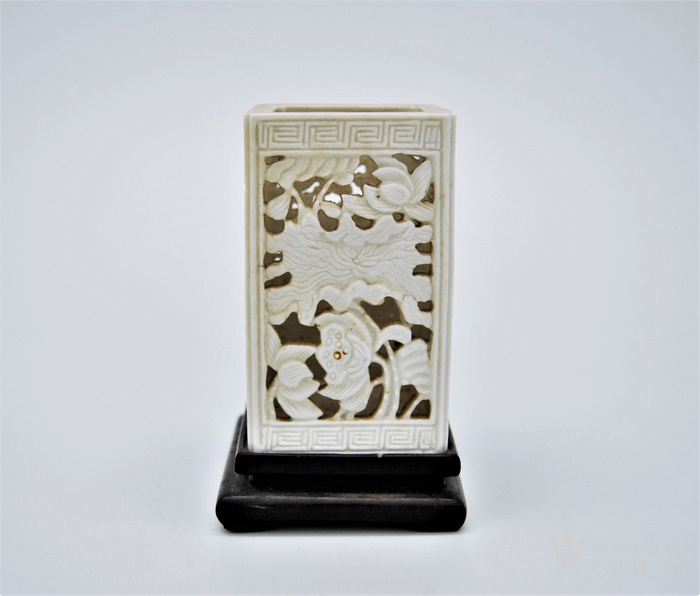 清 德化白釉透雕方笔筒v2图3