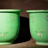 绿地花卉纹瓷花盆一对