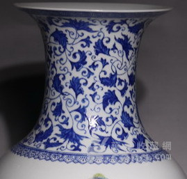 清代     青花缠枝山水人物花瓶图4