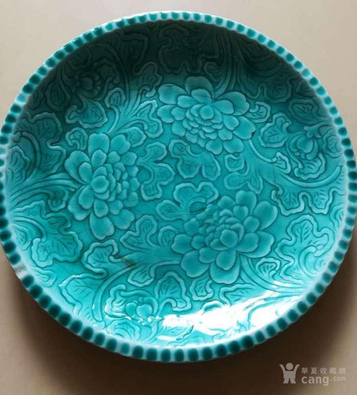 清代晚期孔雀蓝釉雕花牡丹图大盘