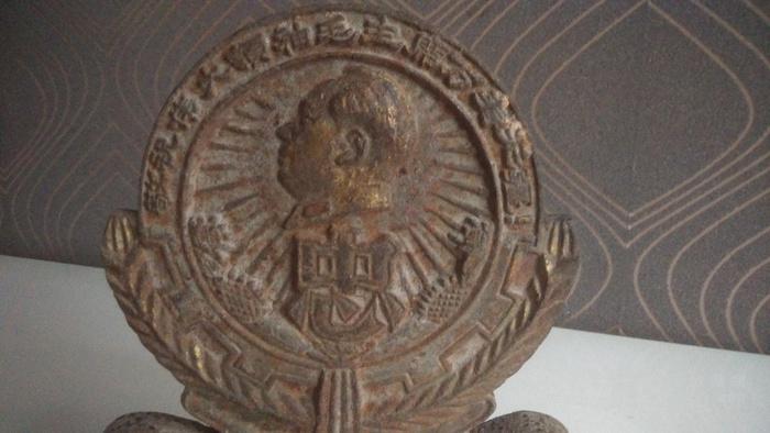 铸铁鎏金毛主席像章图2