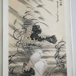 中国工艺美术师袁辉东作画秋雨荷塘图。