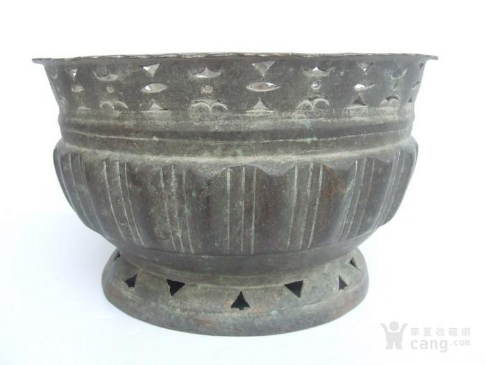 工艺漂亮的清代中晚期莲瓣纹黄铜圆香炉图1