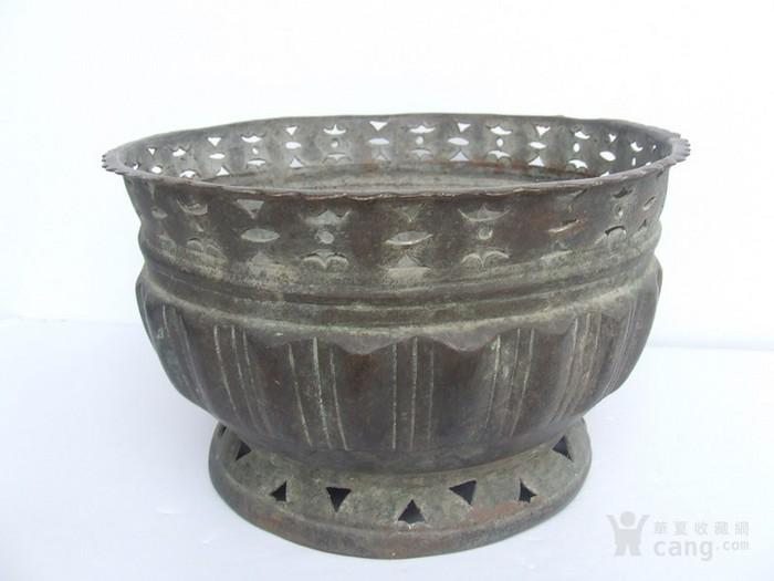 工艺漂亮的清代中晚期莲瓣纹黄铜圆香炉图2