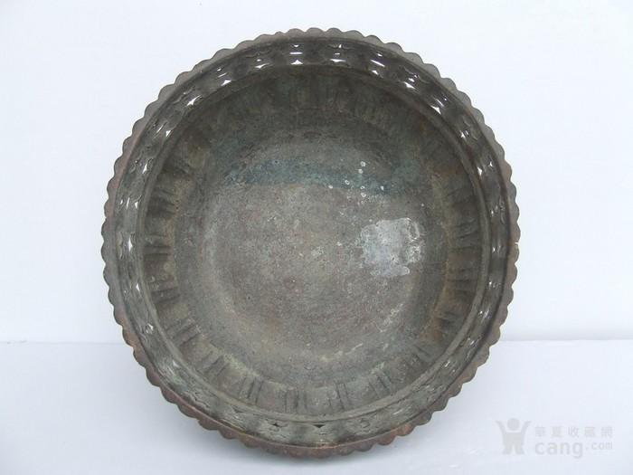 工艺漂亮的清代中晚期莲瓣纹黄铜圆香炉图3