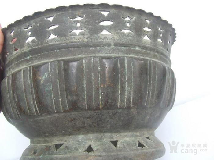 工艺漂亮的清代中晚期莲瓣纹黄铜圆香炉图12