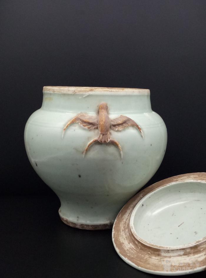 青釉大罐。图4