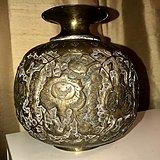 波斯带浮雕花鸟铜花瓶