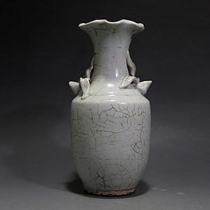 宋. 影青釉堆塑花卉葵口瓶