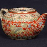 粉彩狮子缠枝花纹茶壶