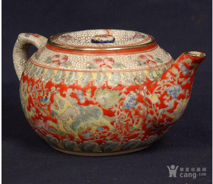 粉彩狮子缠枝花纹茶壶图1