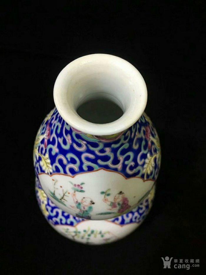 大清咸丰年制蓝地粉彩缠枝开窗人物葫芦瓶图4