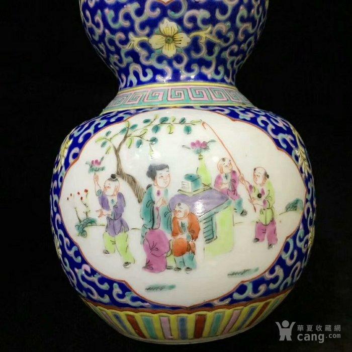 大清咸丰年制蓝地粉彩缠枝开窗人物葫芦瓶图6