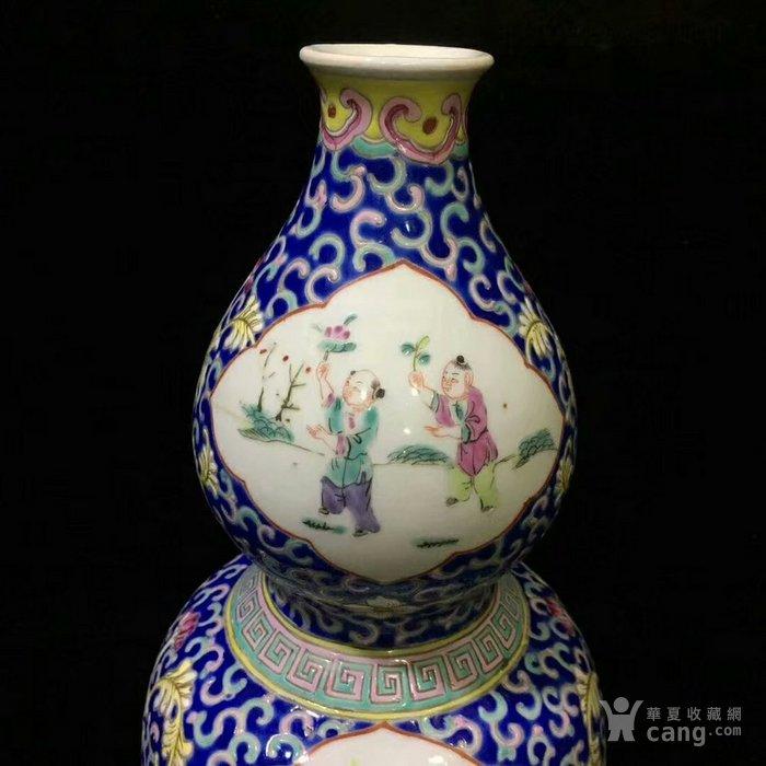 大清咸丰年制蓝地粉彩缠枝开窗人物葫芦瓶图5