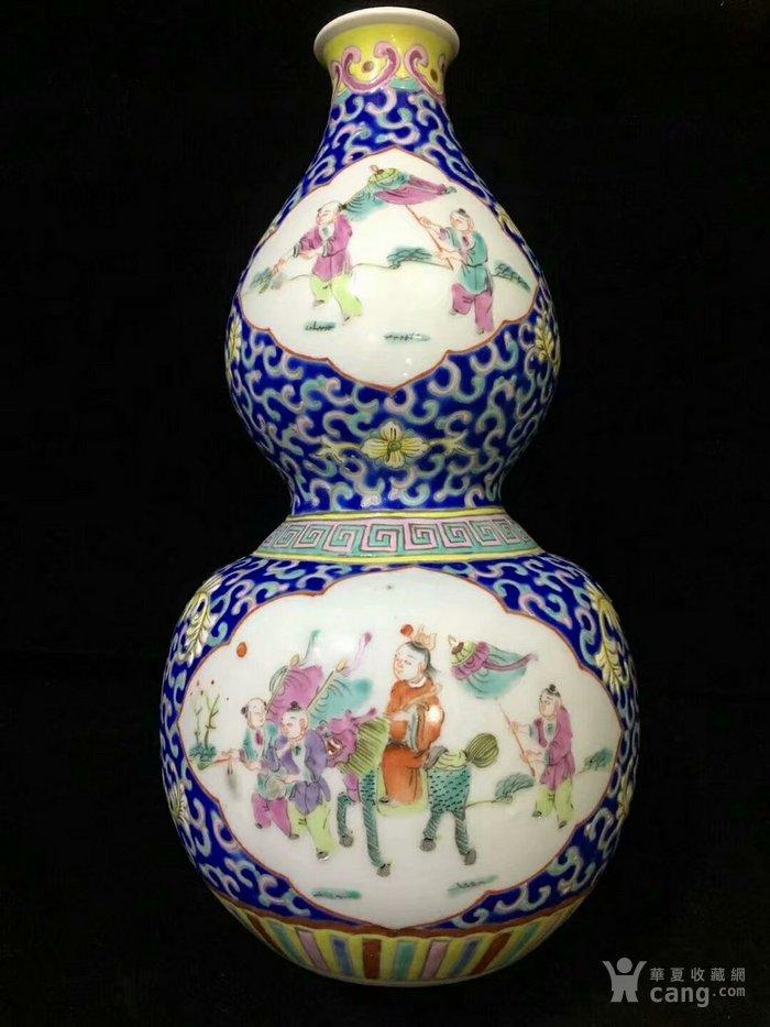 大清咸丰年制蓝地粉彩缠枝开窗人物葫芦瓶图7