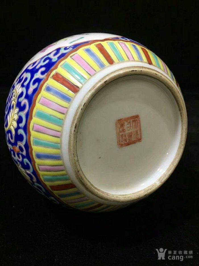 大清咸丰年制蓝地粉彩缠枝开窗人物葫芦瓶图9
