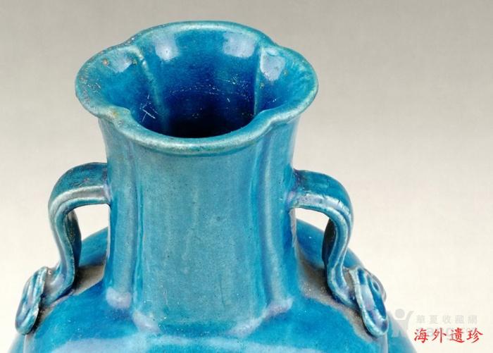 清中期 孔雀蓝釉如意云耳海棠式瓶图3