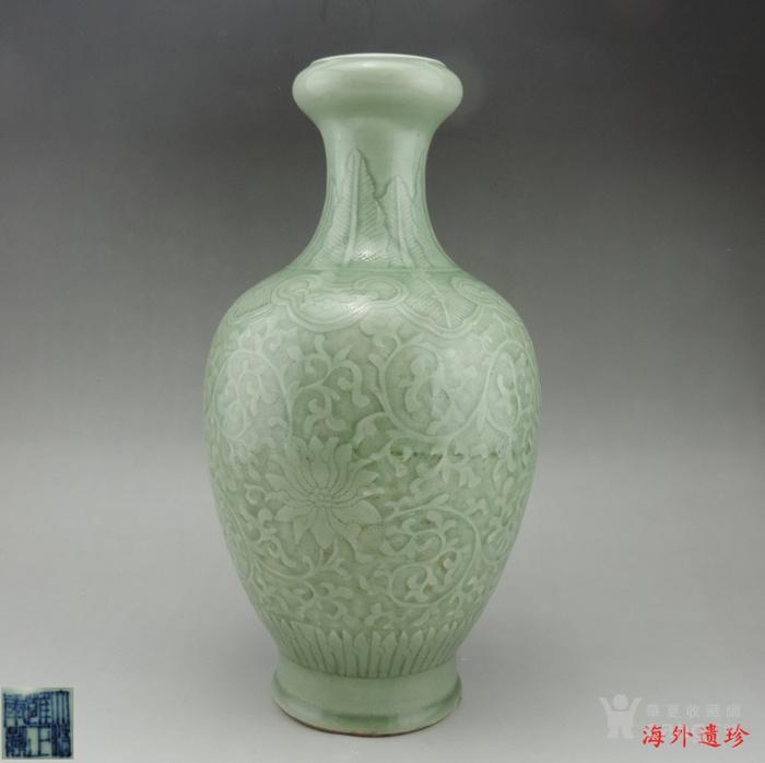 清代 雍正款豆青釉暗刻缠枝莲纹盘口瓶图1