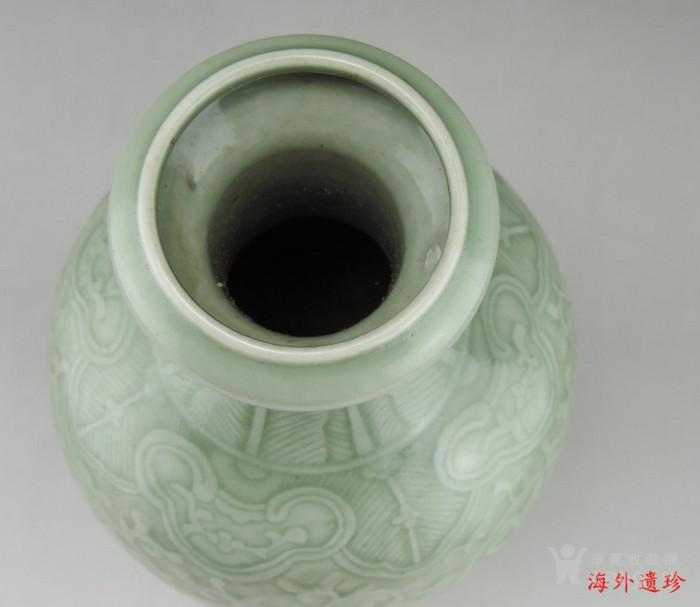 清代 雍正款豆青釉暗刻缠枝莲纹盘口瓶图5