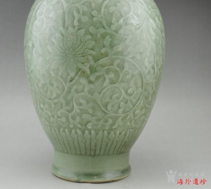 清代 雍正款豆青釉暗刻缠枝莲纹盘口瓶图4