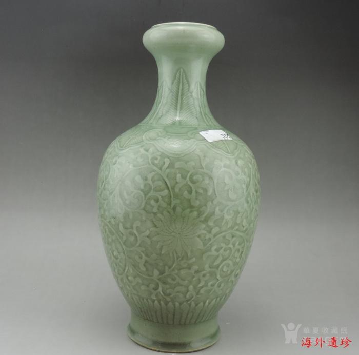 清代 雍正款豆青釉暗刻缠枝莲纹盘口瓶图3