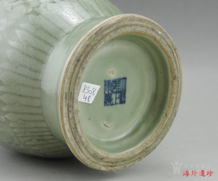 清代 雍正款豆青釉暗刻缠枝莲纹盘口瓶图8