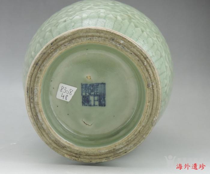 清代 雍正款豆青釉暗刻缠枝莲纹盘口瓶图9
