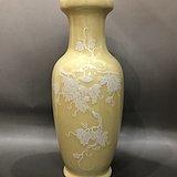 景德镇建国瓷厂50  60年代黄釉堆白 松鼠葡萄 瓶