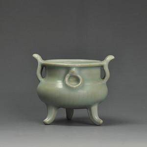 龙泉窑双耳三足瓷香炉