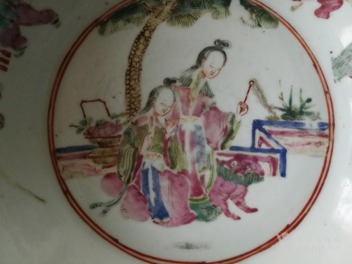 清晚期粉彩人物纹手盆图3