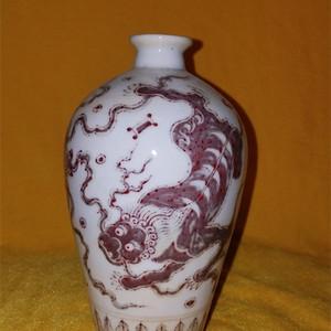 釉里瑞兽纹梅瓶
